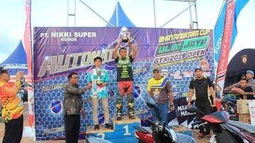 Penyerahan piala dan hadiah kepada pemenang oleh Kapolres Belitung